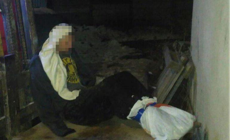 В Одессе мужчина примерз ногами к крыше дома