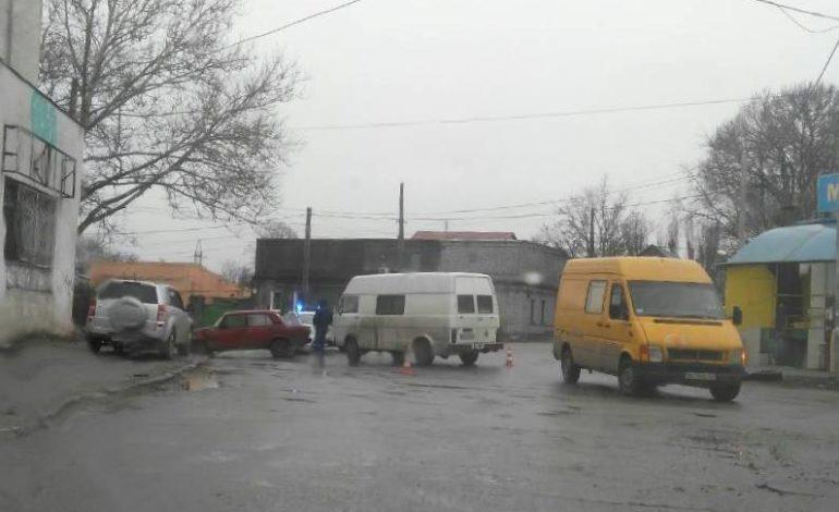 На Молдаванке столкнулись микроавтобус и «Жигули»