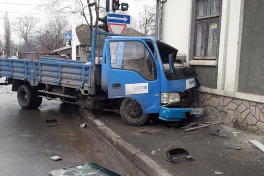 В Измаиле на проспекте Суворова произошло ДТП: грузовик влетел в здание, есть пострадавшие (фото)