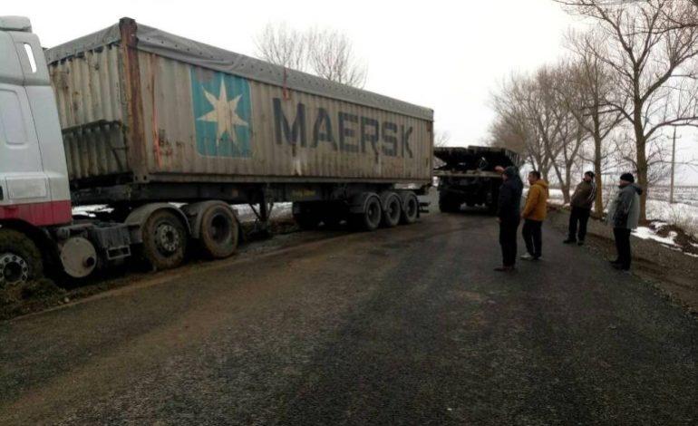 В Одесской области в болоте застряла фура и перегородила въезд в Евросоюз