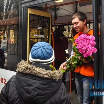 В одесском троллейбусе играл оркестр и раздавали цветы (фото, видео)