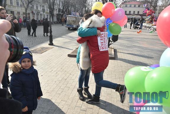 В Одессе на Дерибасовской молодёжь обнималась с прохожими