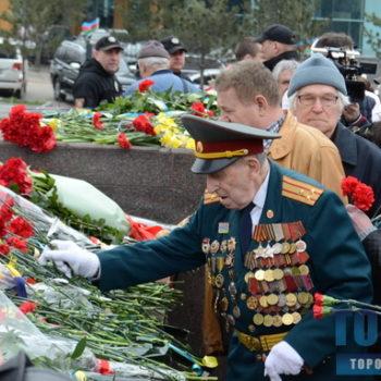 На площади 10 Апреля торжественно возложили цветы к памятнику Крылья Победы (фото)