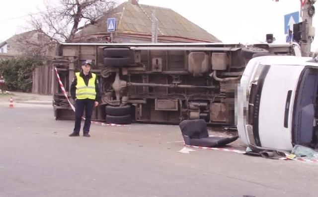 В Одессе грузовик столкнулся с маршруткой: есть пострадавшие
