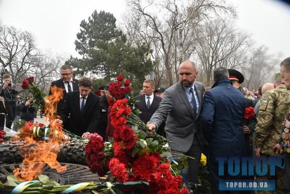 Празднование Дня освобождения Одессы: к памятнику Неизвестному матросу возложили цветы (фото)
