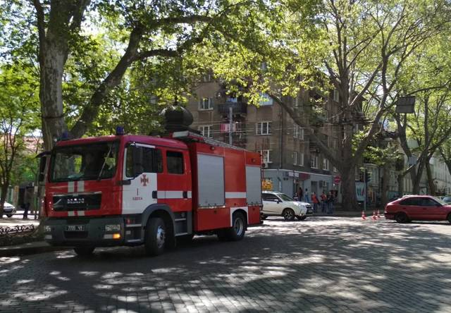В Одессе горящие провода заблокировали движение троллейбусов (ФОТО)