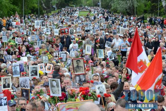 Одесситы отпраздновали 9 мая массовым возложением цветов и акцией «Бессмертный полк» (фото)