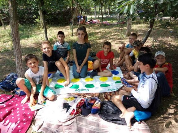 В селе Новые Трояны Болградского района детвора бежит в школу даже во время каникул