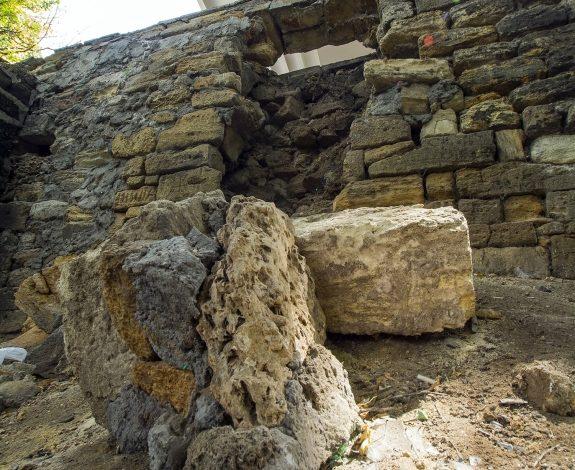 Подпорная стена у одесского Тещиного моста продолжает разрушаться