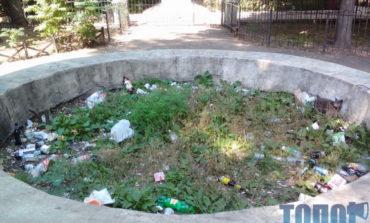 В центре Одессы появился памятник из мусора (фотофакт)