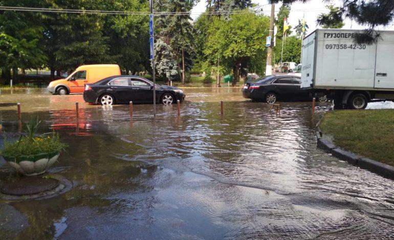Часть Одессы изрядно подтопило проливным дождем (фотофакт)