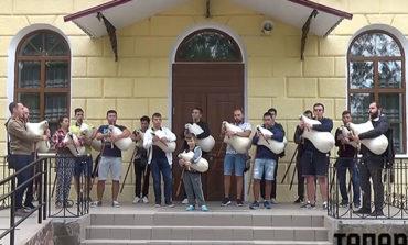 На ступенях Болградской гимназии прозвучали старинная болгарская музыка