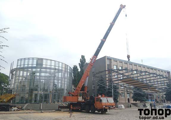 В Болграде на будущий ЗАГС со второй попытки пытаются установить каркас крыши (фото)