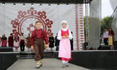 Юные жители Виноградовки представили гагаузские костюмы на колоритном фестивале в Молдове (фото)
