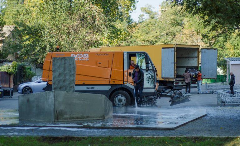 Одесские коммунальные службы приводят в порядок памятник сожженным евреям