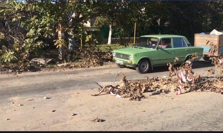 В Белгороде-Днестровском местные жители обвиняют коммунальщиков в разрушении дороги