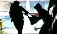В Одессе во дворе жилого дома двое студентов ограбили женщину