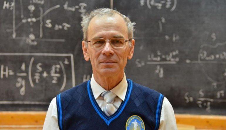 Прославившегося одесского учителя физики избили и ограбили. Педагог в больнице