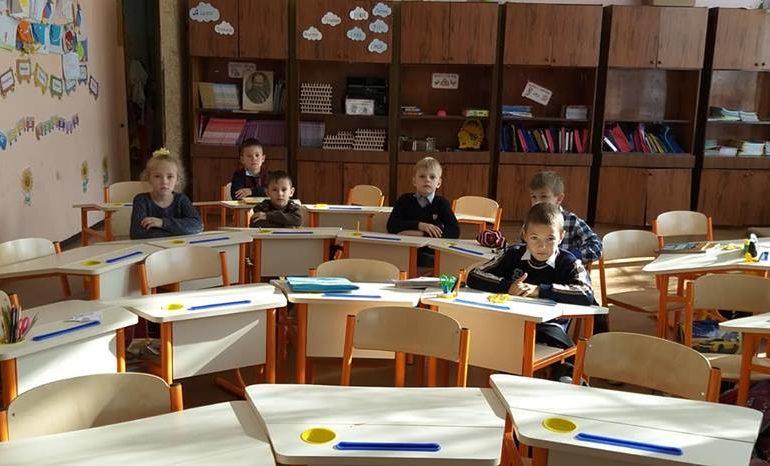 В школы Белгорода-Днестровского привезли специальные парты для первоклассников
