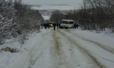 В Тарутинском районе рейсовые автобусы и автомобили застряли на трассе из-за неубранного снега (фотофакт)