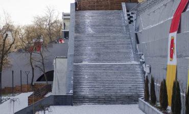 Лестница в Греческий парк превратилась в каток