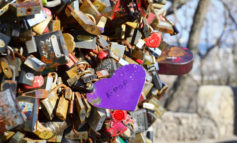 Замки снова появляются на ржавом Тещином мосту (фото)