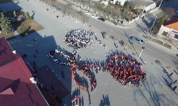 Мэрцишор по-гагаузски: в Комрате лицеисты провели массовый флешмоб (фото)