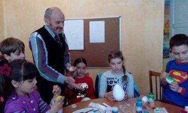 Накануне Пасхи в Арцизе дети учатся расписывать пасхальные яйца