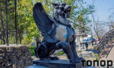 Знаменитого грифона в Уголке старой Одессы реставрируют (фото)