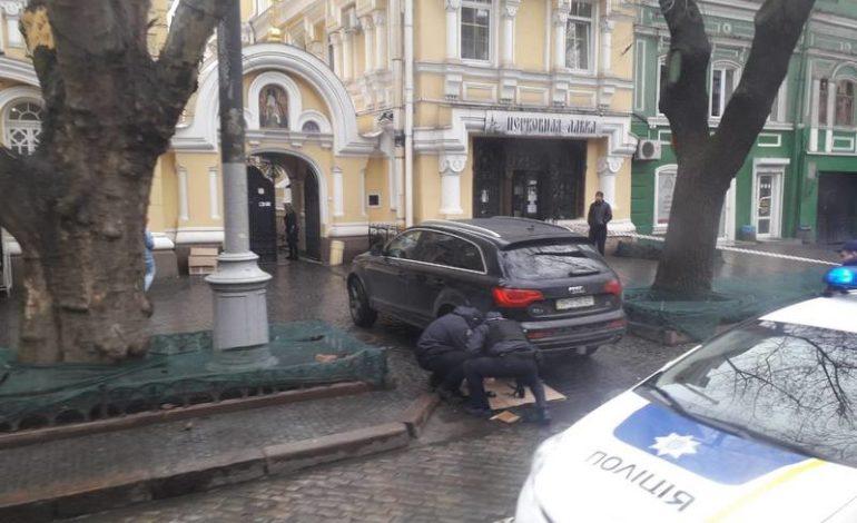 В Одессе возле Свято-Ильинского мужского монастыря саперы проверяют авто на наличие взрывчатки (фотофакт)