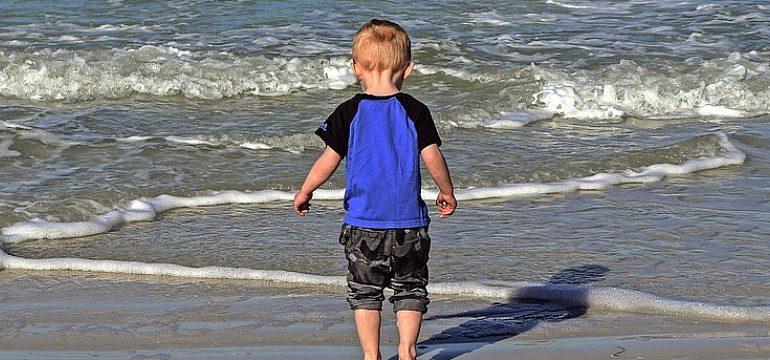 В курортной Затоке потерявшийся трёхлетний малыш одолел  два километра по пляжу