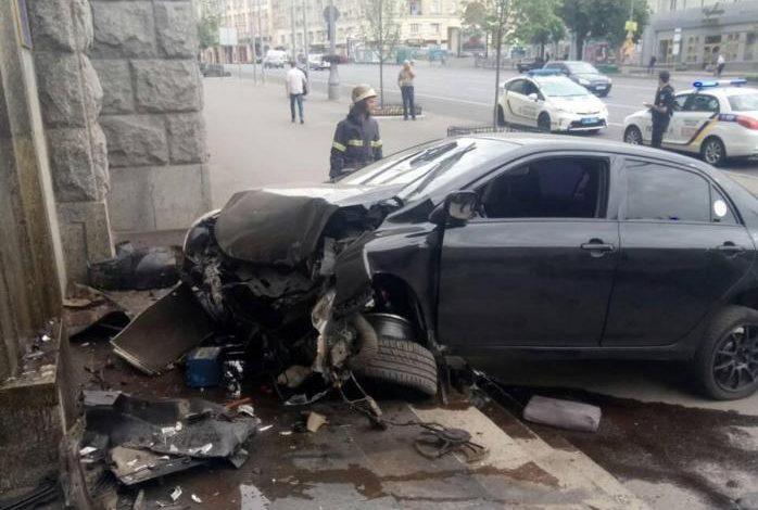 В Харькове автомобиль въехал в здание горсовета