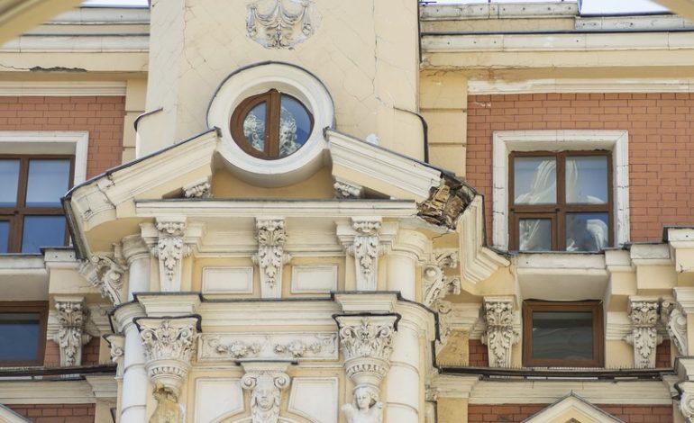 Дом Навроцкого в центре Одессы угрожает пешеходам (фото)
