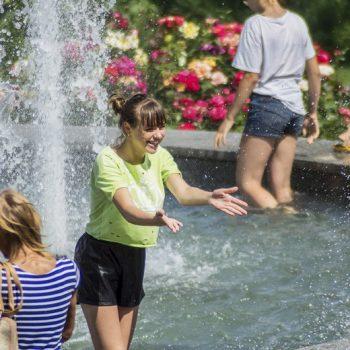 Жара в Одессе: горожане спасаются в фонтанах (фото)
