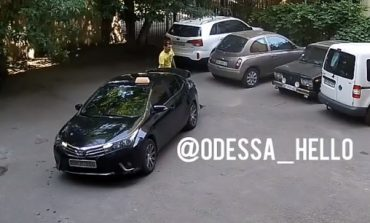 В Одессе камеры видеонаблюдения засняли таксиста люксового авто во время кражи канализационного люка (видео)