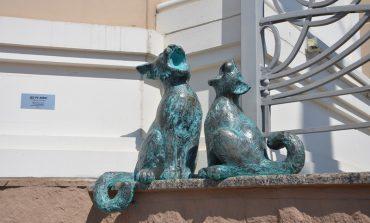 Три поющих кота появились возле здания одесской музкомедии (фото)