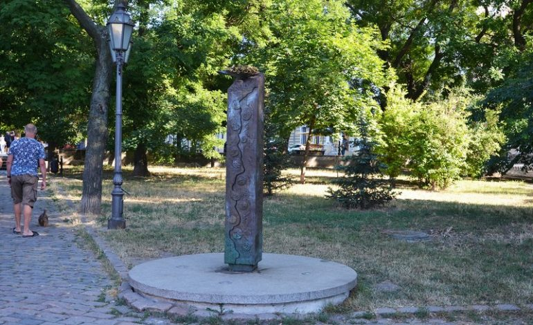 Приморский бульвар у Воронцовской колоннады: изрисованный памятник и опасная мостовая (фото)