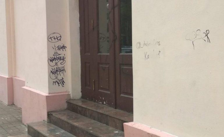 Не выдержали испытания культурой: стену Одесского русского драмтеатра опять изуродовали вандалы (фотофакт)