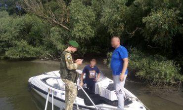 Ловили рыбу возле украинского берега: пограничники Измаильского отряда задержали на реке Дунай двух румын на катере