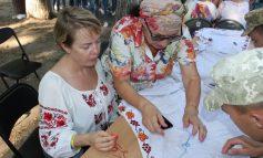В Белгород-Днестровском сквере вышивали рушник-оберег (фото)