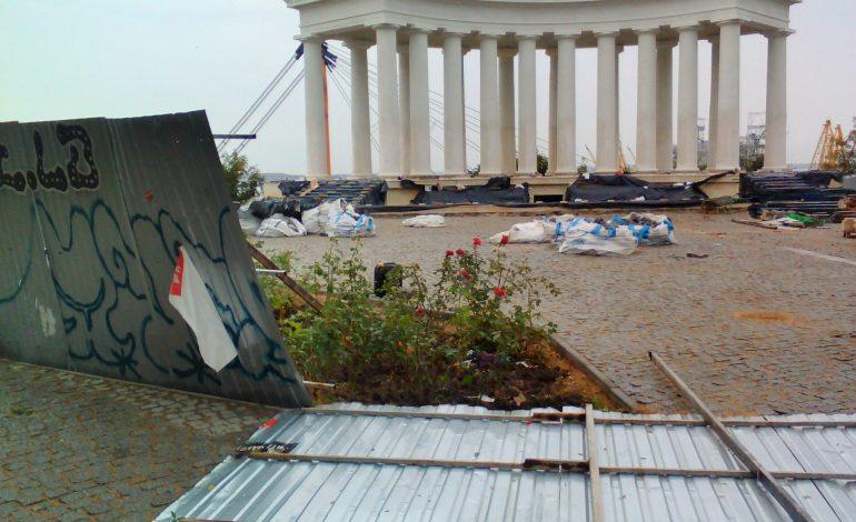 Не выдержал и упал: непогода повредила забор у Воронцовской колоннады (фото)