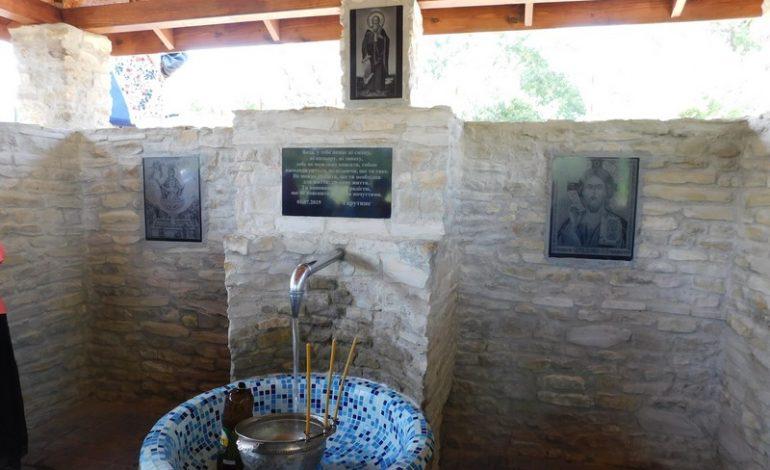 На въезде в Тарутино освятили воду в благоустроенном источнике (фото)