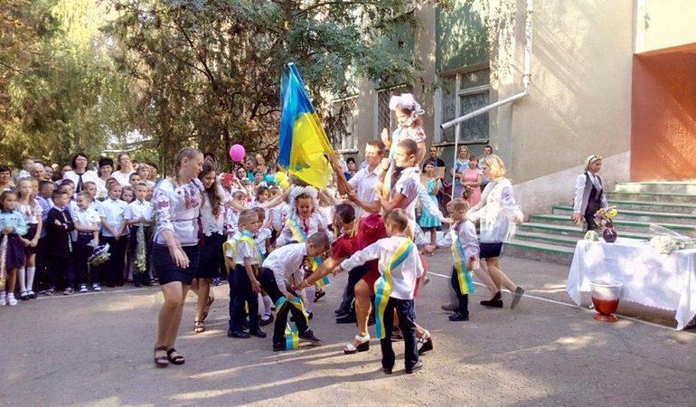 В Белгороде-Днестровском на праздниках первого звонка присутствовали олимпийский чемпион и… полицейские