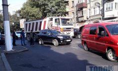 Не поделили дорогу: в Одессе из-за аварии на Малой Арнаутской остановилось движение троллейбусов (фото)