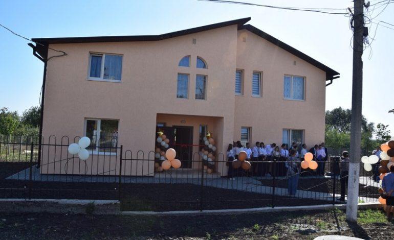 В Сарате две многодетные семьи усыновителей получили жилье европейского качества
