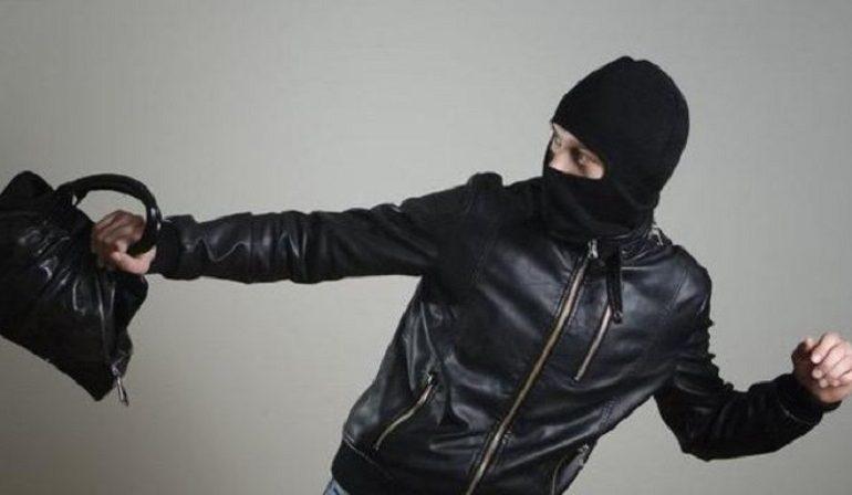 Бил по лицу и сломал нос: в Одессе задержали грабителя, напавшего на женщину в лифте