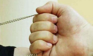 Срывал с женщин золотые цепочки: в Одессе задержали уличного грабителя