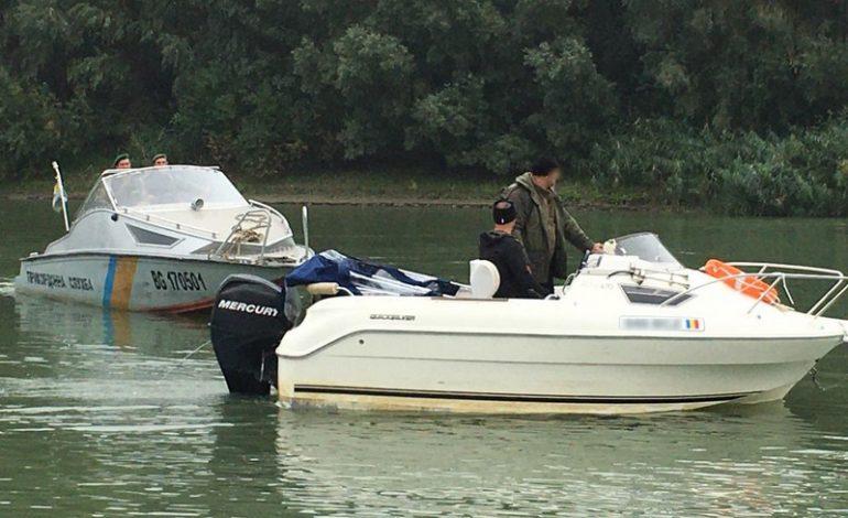 Пограничники Измаильского отряда на реке Дунай задержали румынский катер с гражданами стран Евросоюза