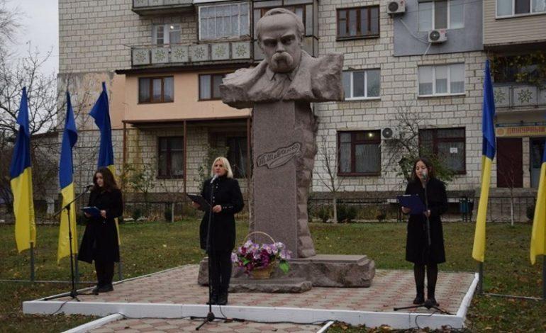 В Сарате возложили цветы к памятнику Кобзаря