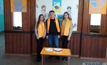 Против насилия: школьники Тарутинской школы одели оранжевые шарфы и присоединились к акции протеста
